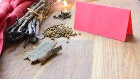 Gewürze für Feiertagsbacken mit rotem Kopienraum Stockfoto