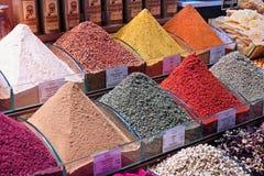 Gewürze für Verkauf im Gewürz-Basar in Istanbul stockfotos