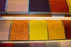 Gewürze für Verkauf im Gewürzmarkt in Istanbul Stockfoto