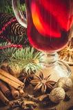 Gewürze für Weihnachtsglühwein Weihnachtspostkarte Flache Schärfentiefe Stockbild