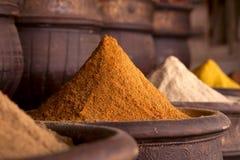 Gewürze häufen (Currypulver) im Marrakesch an Stockbild
