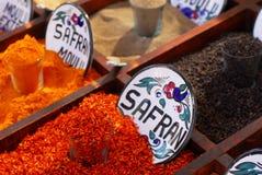 Gewürze im Markt Stockfotos