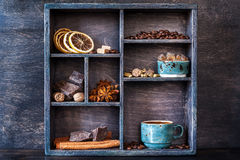 Gewürze, Kaffee und Bonbons in einem hölzernen alten Behälter Stockbild