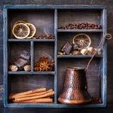 Gewürze, Kaffee und Schokolade in einem hölzernen alten Behälter Lizenzfreies Stockfoto