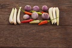 Gewürze, Paprikas, Schalotte, Lemongras auf einem Bretterboden Thailändisches i Stockfoto