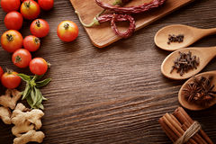 Gewürze und Gemüse in Erwartung des Kochens Lizenzfreie Stockfotografie
