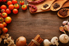 Gewürze und Gemüse in Erwartung des Kochens Lizenzfreies Stockfoto