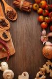 Gewürze und Gemüse in Erwartung des Kochens Lizenzfreies Stockbild