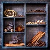 Gewürze und Kaffeesatz in einem hölzernen alten Behälter Stockbilder