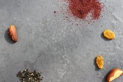Gewürze und Nüsse auf einem schwarzen Hintergrund Stockfoto