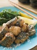 Gewürzte gebratene Makrele mit Zitrone lizenzfreies stockbild