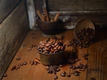 Gewürzte Kaffeebohnen, Sternanis, Zimt auf dunklem hölzernem Hintergrund Lizenzfreie Stockfotos