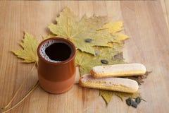 Gewürzter heißer Kaffee mit Keks Lizenzfreies Stockfoto