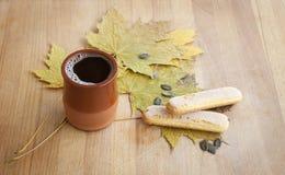 Gewürzter heißer Kaffee mit Keks Stockbilder