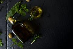 Gew?rztes reines Oliven?l in einer Glasflasche stockbild