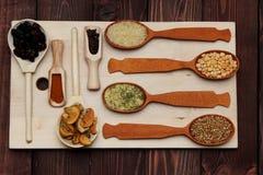 Gewürztrockenfrüchte-Kornlüge auf dem Brett Stockbild