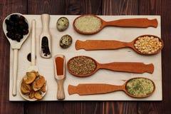 Gewürztrockenfrüchte-Kornlüge auf dem Brett Stockfotografie