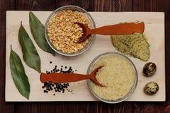Gewürztrockenfrüchte-Kornlüge auf dem Brett Stockbilder