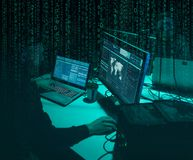 Gew?nschte H?cker, die Virus ransomware unter Verwendung der Laptops und der Computer kodieren Cyberangriff, Systembrechen und Sc stockfotografie