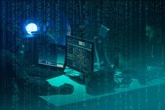 Gew?nschte H?cker, die Virus ransomware unter Verwendung der Laptops und der Computer kodieren Cyberangriff, Systembrechen und Sc stockfoto