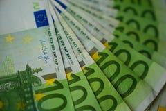 Gewaaid honderd euro bankbiljetten, een Europese Unie geld stock afbeelding