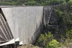 Gewapend beton dam stock afbeelding