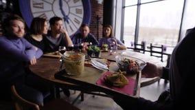 Gewas van kelner wordt geschoten die voedsel leveren dat stock videobeelden