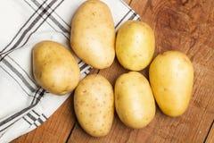 Gewaschene Kartoffeln auf einer Gitterserviette Lizenzfreies Stockbild