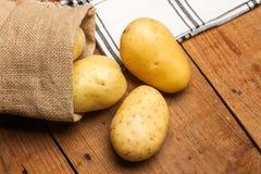 Gewaschene Kartoffeln in einem Leinensack Lizenzfreie Stockbilder