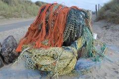 Gewaschene-oben Fischernetze an Holländer Northsea-Küste Stockfotografie