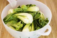 Gewaschenes orientalisches Gemüse in der Abfluss-Schüssel Stockfoto