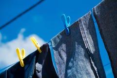 Gewassen jeans die buiten drogen Royalty-vrije Stock Fotografie