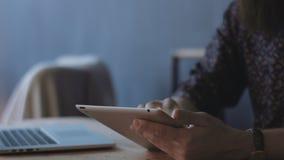 Gewassen mannelijke handen die tablet gebruiken stock videobeelden