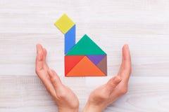 Gewassenhanden met huis van kleurrijke blokken Stock Foto