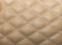 gewatteerd die textuur kunstleder, met draad voor wordt gestikt stock afbeelding