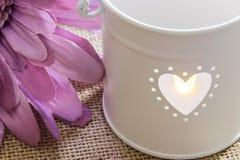 Gewebe-Blume und Kerze - Stillleben Stockfoto
