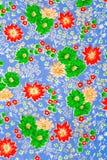 Gewebe, Blumen auf Blau Lizenzfreies Stockfoto