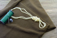 Gewebe eines Threads und der Halskette Stockbilder