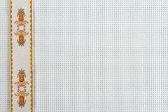Gewebe für Stickerei ein Kreuz, eine Spitze und Farbbänder Lizenzfreie Stockfotografie