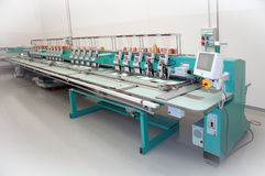 Gewebe: Industrielle Stickerei-Maschine Stockfotos