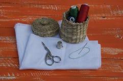 Gewebe mit Gegenständen für das Nähen und Stickerei, orange Ton Stockbilder