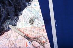 Gewebe und nähende Einzelteile Schneider scissors, Maßband, Machthaber, Spitze Schaffen Sie und entwerfen Sie Mode Näharbeit und  Stockbilder