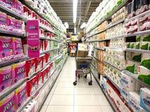 Gewebe und Servietten auf den Regalen eines Lebensmittelgeschäfts Lizenzfreie Stockbilder