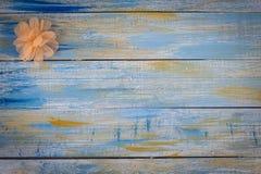 Gewebebogen auf farbigem hölzernem Hintergrund Stockfoto