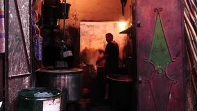 Gewebefarbstoff in Medina beschleunigter Bewegung Marrakeschs stock video footage