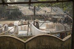 Gewebetrockner an einer alten Gewebefabrik in Mandalay, Birma Lizenzfreie Stockbilder
