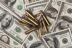 Geweer Bulllets op Dollars Royalty-vrije Stock Foto