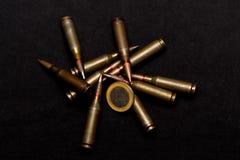 Geweer munitie en één euro muntstuk op zwarte achtergrond Symboliseert de oorlog voor geld en één van de wereld` s problemen royalty-vrije stock afbeelding