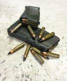 Geweer twee mags met kogels op de vloer stock foto