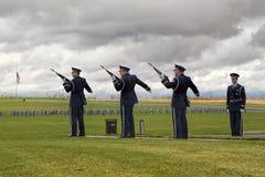 Geweerbegroeting bij veteranenbegrafenis Stock Foto
